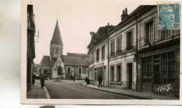Blèré  37    La  Rue Du Pont  -L'Eglise  Animée--Epicerie Et Tabacs Et Voitures - Bléré