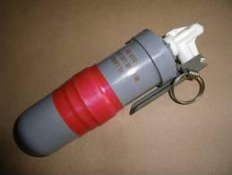 Grenade Lacrymogène Mle CM6 Avec Son Bouchon Allumeur à Main ( Inerte) - Equipment