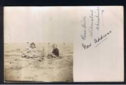 RB 925 - Early Real Photo Postcard - Two Children On Beach Building Sand Castle - Grupo De Niños Y Familias