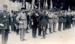 SUPERBE CLICHÉ D'UNE REMISE DE DÉCORATIONS PAR LE MARÉCHAL PÉTAIN EN CHARENTE - Guerre, Militaire