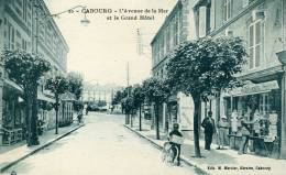 14-CABOURG...L'AVENUE DE LA MER ET LE GRAND HOTEL....CPA ANIMEE - Cabourg