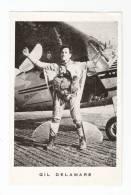 Photo Imprimée ( Format Carte Postale ) :  Gil Delamare : Tenue De Parachutisme Posant Devant Un Avion - Paracaidismo