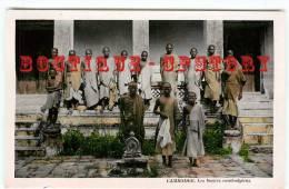 CAMBODGE - Les Bonzes Cambodgiens - Religion Boudhiste - Cambodia - Dos Scanné
