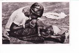 NIGER  --  Bébé Recevant Un Lavement - Niger