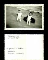 Photographie-254   Groupe  Scene De Vie Arromanches 1955 Plage    Photo Originale - Photographie
