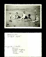 Photographie-255   Groupe  Scene De Vie Arromanches 1955 Plage    Photo Originale - Photographie
