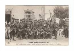CPA :Section Soldats Français Quittant La Caserne Pour Se Rendre à La Frontière : Soldats , Drapeaux ... - Guerre 1914-18