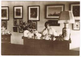 Karen Blixen At Her Desk, On The African Farm 1917 En Noir Et Blanc - Silhouettes