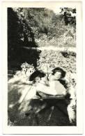 Ancienne Photo Amateur N&B 2 Jeunes Filles Maillot De Bain Transat Bronzage Soleil Fille Tirage Argentique Vintage Velox - Personnes Anonymes