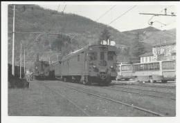 Riproduzione Cartolina Stazione Di Canzo Asso Fine Anni 70 Si Vedono Treni Treno E Bus Autobus - Treni