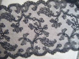 Dentelle Noire De Caudry  Long 190 Cm X 13cm. - Laces & Cloth