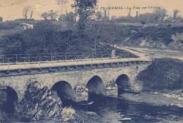 PLOERMEL.  _  Le Pont Sur L'Etang.. Voutes Du Pont Bien Degagées. Vache Sous Un Pommier. Pliure Haut Gauche - Ploërmel