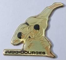 Pin's  Judo Club - DOURGES  (62) - Les Judokas - Randori - MCV - C256 - Judo