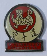 Pin's  Judo  Karate Arts Martiaux - A. VERBEECK SHOTOKAN - Le Tigre - C257 - Judo