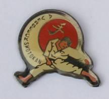 Pin's  Judo  Karaté Arts Martiaux - A. VERBEECK SHOTOKAN  - Le Karatéka - C259 - Judo