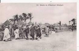 ROUTE DE N'DARTOUT  SENEGAL 10 (TIRAILLEURS SENEGALAIS  ET HABITANTS PRES DE LEURS CASES) - Sénégal