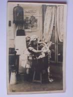 """ENFANT FILLETTE LAVANT DU LINGE DANS UN BAQUET CPA 1906 """" A L OUVRAGE """" - Scènes & Paysages"""