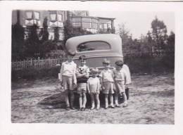 21907 Photo De Groupe Devant Une Voiture, Sans Doute Cote  Belgique 8x5cm, Année 1934 Notaire Van Bellingen Clavereau - Automobiles