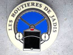 ANCIENNE PLAQUE DE CALANDRE CAMION LES ROUTIERES DE JADIS Y. DELSART ETAT EXCELLENT - Plaques Publicitaires