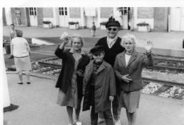 PHOTO AMATEUR 12,5/9 CM  PRISE DEVANT LA GARE DE LANNION 1963 AVEC ADULTES  (VOIR DOS)....QUI RECONNAITRA? - Places