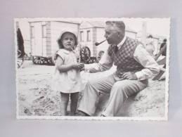 Photo Agfa. Enfant Et Homme Avec Pipe. Blankenberghe? Cabine Claeys. Plage. 128 X 87 Mm. - Personnes Anonymes