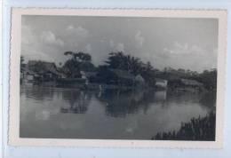 PHOTO VUE ASIATIQUE AVEC HABITATIONS ET PIROGUE - Cartes Postales