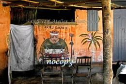Mur Peint Et Autel Sacrificiel Dans La Maison D´un Féticheur à Adegno, Togo. - Art Africain