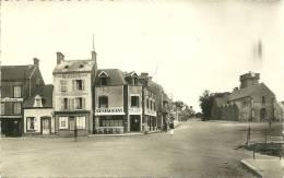 BARNEVILLE N 44  LA PLACE ET L EGLISE   RESTAURANT HOTEL  PERSONNAGES - Barneville