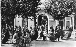 """Cpsm 1955 VICHY, La Source """"hôpital"""" Très Animée Par Les Curistes   (16.11) - Vichy"""