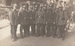 SOLDATS ALLEMANDS-PRUSSIENS AVEC CASQUES A POINTE ERSATZ-CARTE PHOTO - Barracks