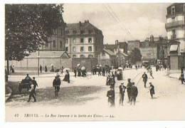 TROYES La Rue Turenne à La Sortie Des Usines - Troyes