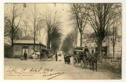72  -  Sablé  - Place Et Boulevard De La Gare.....année 1904   ( Superbe Plan Diligences )  2 Scans - Wagengespanne