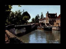 45 - MONTARGIS - Péniche Franchissant Une écluse Du Canal De Briare - 5.709 - Montargis