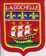 ECUSSON TISSU LA ROCHELLE  GENRE BLASON BATEAU - Blazoenen (textiel)