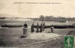 CAMP DE SATHONAY - Présentation Du Vieux Drapeau Des Zouaves  (54983) - Autres Communes