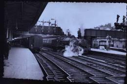 LOCOMOTIVE  HALL ANGLAISE GAR DE NEWPORT CARDIFF PHOTO 1952 DE BREHERET - Fotos
