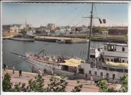 SAINT MALO 35 - Le Bassin Vu Des Remparts : Joli Bateau Marchandises En 1er Plan - CPSM Dentelée GF - Ille Et Vilaine - Saint Malo