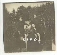 Les Dames Claudot / Mota Posant Dans Leur Jardin De Nancy Vers 1910 - Persone Identificate