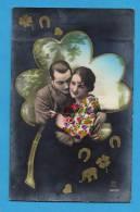 Couple Enlacé Dans Un Trèfle à 4 Feuilles - Paare