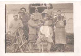CARTE PHOTO GROUPE POILU BARBIER RASAGE GRANDE GUERRE TERRITORIAUX PEPERES ??? - 1914-18