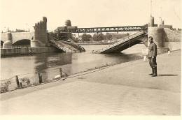 WW2 PHOTO ORIGINALE Soldat Allemand Pont Détruit Gesprengte Brücke  à MAASTRICHT NEDERLAND - 1939-45