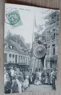 62     -     DOUAI GAYANT TRES ANIMEE 1909 @  CPA VUE RECTO/VERSO AVEC BORDS - Calais
