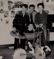 D-85 - Véritable Photographie Originale (21,5 Cm Par 20 Cm Env). - La Roche Sur Yon - Les ROCKY BOYS - (Musiciens). - Photos