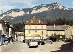 SAINT LAURENT DU PONT LA PLACE ,RESTAURANT DE L'EUROPE,SIMCA ARONDE, CITROEN 2CV ,COULEUR   REF 32320 - Saint-Laurent-du-Pont