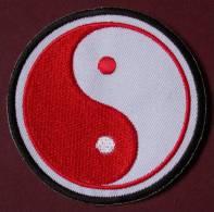 Patch Rouge Thermocollant  ECUSSON à Coudre  YIN YANG  COREE KOREA TAOISME TAIJITU  PORT OFFERT - Religione & Esoterismo