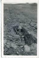 PHOTO ORIGINALE  39 / 45  WW2  FRONT RUSSE SOLDAT ALLEMAND DANS SON TROU D HOMME - Krieg, Militär