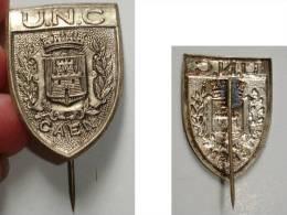 P/ INSIGNE EPINGLETTE U.N.C. CAEN*ARMOIRIES AVEC 4 TOURS CRENELEES AU DESSUS - Brooches