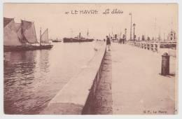 LE HAVRE - N° 87 - LA JETEE AVEC BATEAUX ET PERSONNAGE - PLIS D' ANGLE EN HAUT A GAUCHE - Port