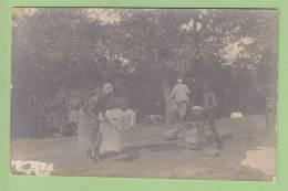 SIGUIRI : CARTE PHOTO, Séchage Du Linge, Géomètre De Dos. 2 Scans. - Guinea Francese