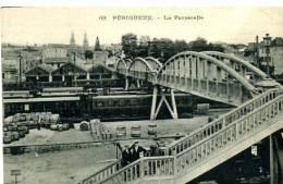 24 PERIGUEUX LA PASSERELLE TRAIN EN GARE N°69   PERSONNAGES - Périgueux